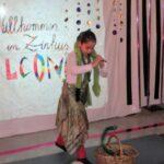 Die Schlangenbeschwörerin brachte ihre Schlange zum Tanzen.